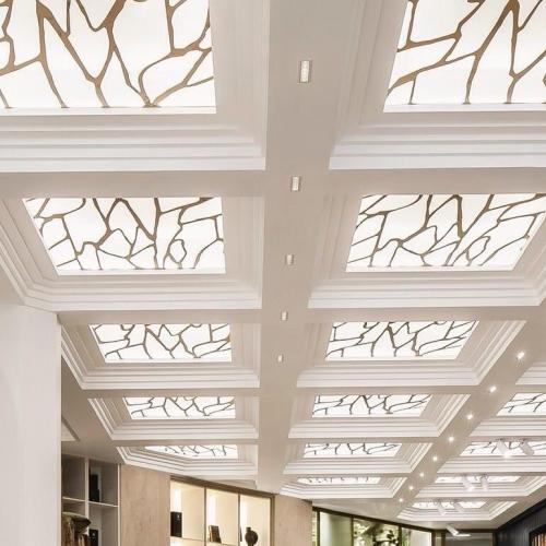 Plafond lumineux au motif inspiré par la veine du Bois. . Infinies possibilités de scénarios d'éclairage sur-mesure pour montrer combien le bois vit et réagit. . .CARRÉSOL ÉDITIONS —————————– 29 RUE DU LOUVRE PARIS ——— . Scénographie @JoanaSultan #agencegabeli . 📷 @Cafeine #CarreSol #paris #inspiration #decor #interior #design #interiordesign #designinterior #designer #home #homesweethome #appartement #luxury #architecture #art #wood #woodfloor #designinspiration #style #chic #decoration #furniture #archilovers #flagship #showroom