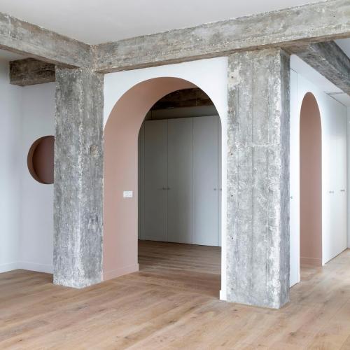 Révéler l'authenticité d'un espace grâce à l'aspect brut de son parquet et ses murs aux couleurs minérales. ⠀ ∙⠀⠀ Plancher en Chêne semi-massif, fumé, blanchi par oxydation naturelle des tanins de l'arbre.⠀ ∙⠀⠀ ——————————⠀⠀ Réalisation @archioui⠀ 📷  @raphael_dautigny ⠀ ——————————⠀⠀ ∙⠀⠀ ∙⠀⠀ ∙⠀⠀ #carresol #parquet #interieurdesigner #designdinterieur #appartementparisien #chicdesign #architecturedinterieur #amenagementinterieur #maisoncontemporaine #intérieurs #woodenhome #woodinteriordesign #interior #parquetflooring #woodfloors #flooringideas #flooringdesignideas #hardwoodfloors #agencementsurmesure #agencementinterieur #reclaimedwood #woodenfloor #menuiseriesurmesure #chêne