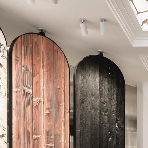 Variations de bois dentelé, laissant traverser la lumière. . Dentelle de Douglas. .CARRÉSOL ÉDITIONS —————————– 29 RUE DU LOUVRE PARIS ——— . Scénographie @JoanaSultan #agencegabeli . 📷 @Cafeine #CarreSol #paris #inspiration #decor #interior #design #interiordesign #designinterior #designer #home #homesweethome #appartement #luxury #architecture #art #wood #woodfloor #designinspiration #style #chic #decoration #furniture #archilovers #flagship #showroom